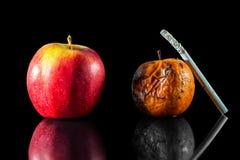 Duas maçãs e um cigarro Fotografia de Stock