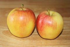 Duas maçãs na tabela Imagem de Stock Royalty Free