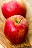 Duas maçãs na tabela de madeira no jardim Imagem de Stock Royalty Free