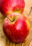 Duas maçãs na tabela de madeira no jardim Foto de Stock Royalty Free