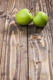 Duas maçãs verdes imagem de stock