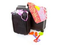 Duas malas de viagem pretas com engrenagem da praia Fotos de Stock
