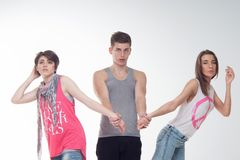 Duas meninas adolescentes atrativas e um menino têm o divertimento, Fotos de Stock