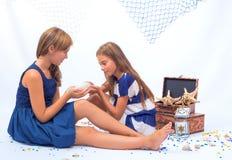 Duas meninas adolescentes bonitas Fotografia de Stock