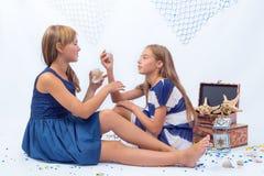 Duas meninas adolescentes bonitas Fotos de Stock