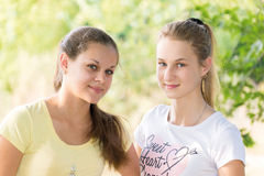 Duas meninas adolescentes na natureza Fotografia de Stock Royalty Free