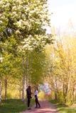 Duas meninas adolescentes que fazem o selfie da foto com os balões coloridos no spr Imagem de Stock