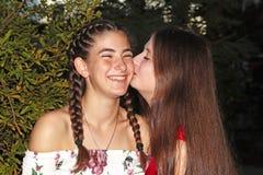 Duas meninas adolescentes são rir, feliz imagem de stock