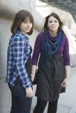 Duas meninas adolescentes urbanas que estão na parede. Imagens de Stock Royalty Free