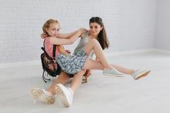 Duas meninas adolescentes urbanas que levantam em uma sala do vintage Foto de Stock