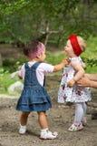 Duas meninas adoráveis da criança dos anos de idade que jogam na natureza Imagens de Stock