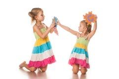 Duas meninas aprendem o alfabeto Fotografia de Stock Royalty Free