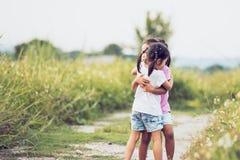 Duas meninas asiáticas que abraçam-se com amor Imagens de Stock Royalty Free