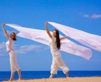 Duas meninas ativas em uma praia Fotografia de Stock Royalty Free