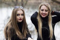 Duas meninas bonitas com cabelo louro Fotos de Stock Royalty Free