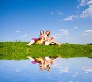 Duas meninas bonitas com caderno ao ar livre. Fotografia de Stock