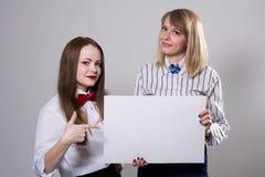 Duas meninas bonitas com uma bandeira Imagens de Stock Royalty Free