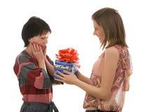 Duas meninas bonitas com uma caixa de presente. Isolado. Fotos de Stock Royalty Free