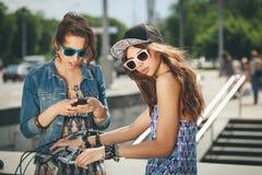 Duas meninas bonitas e da sensualidade Fotografia de Stock