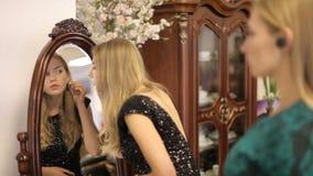 Duas meninas bonitas estão perto do espelho em uma sala com mobília cara Retrato de uma menina com rádio filme