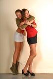 Duas meninas bonitas no esporte e em estilos clássicos Fotografia de Stock