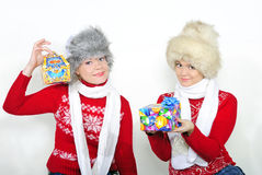 Duas meninas bonitas novas com presentes Foto de Stock Royalty Free