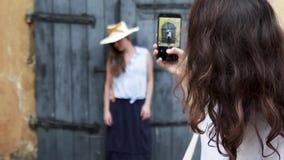 Duas meninas bonitas novas viajam junto e tomando fotos de se filme