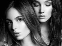 Duas meninas bonitas Pares encantadores imagens de stock