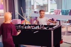 Duas meninas bonitas que jogam o jogo de tabela junto imagem de stock