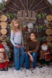Duas meninas bonitas que levantam em decorações do Natal Foto de Stock