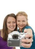 Duas meninas bonitas que levantam para uma câmera Fotografia de Stock Royalty Free