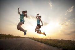 Duas meninas bonitas que movimentam-se na manhã Imagens de Stock Royalty Free