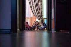 Duas meninas bonitas que sentam-se no assoalho Foto de Stock Royalty Free