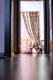Duas meninas bonitas que sentam-se no assoalho Foto de Stock