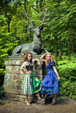 Duas meninas bonitas que vestem o tracht alemão fotografia de stock royalty free