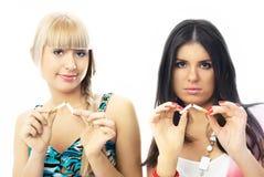 Duas meninas bonitas quebram acima o fumo Imagem de Stock