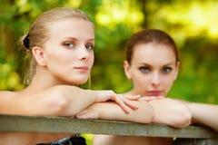 Duas meninas bonitas sobre o corrimão Foto de Stock Royalty Free