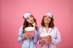 Duas meninas bonitas bonitas vestidas nos pijamas Fotografia de Stock