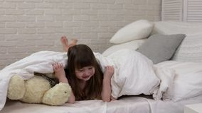 Duas meninas bonitos das crianças pequenas cobrem com a cobertura vídeos de arquivo