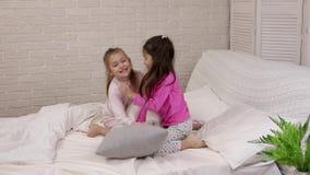 Duas meninas bonitos das crian?as que jogam no quarto video estoque
