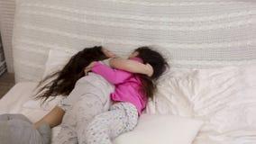 Duas meninas bonitos das crian?as que jogam no quarto filme