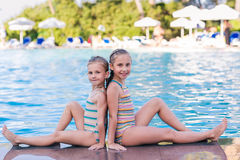 Duas meninas bonitos na piscina Foto de Stock