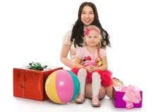 Duas meninas com as caixas para presentes Fotografia de Stock Royalty Free