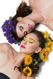 Duas meninas com as flores no cabelo Fotografia de Stock Royalty Free
