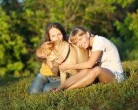 Duas meninas com cão Imagem de Stock