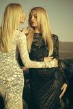 Duas meninas com cabelo louro longo no laço vestem-se fotos de stock royalty free