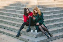 Duas meninas com dispositivo Imagem de Stock Royalty Free