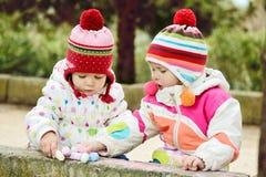 Duas meninas com giz Imagens de Stock