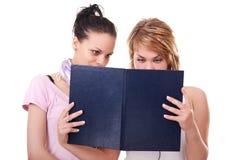 Duas meninas com livros Fotografia de Stock Royalty Free