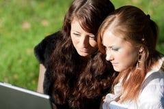 Duas meninas com portátil Fotografia de Stock